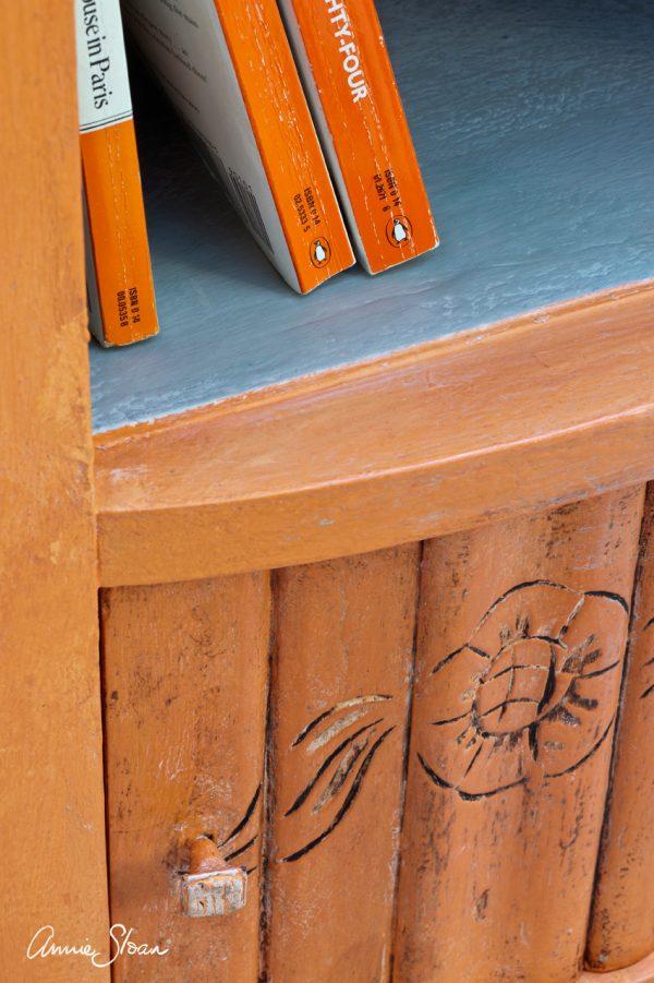 Mit der Annie Sloan Barcelona Orange Chalkpaint kleinen Schränken oder anderen Möbelstücken Leben einhauchen