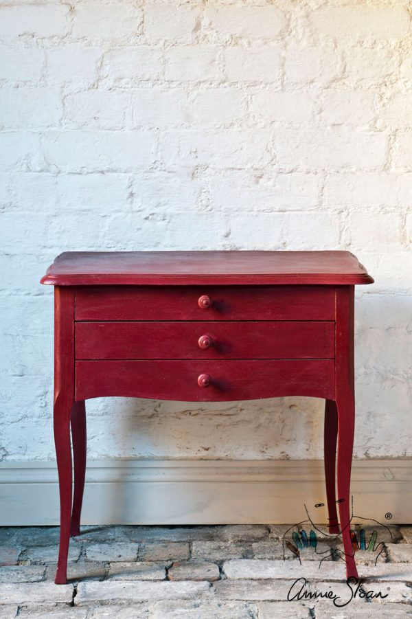 Annie Sloan Burgundy Kreidefarbe passt ideal zu einem kleinen Tisch mit Schubladen
