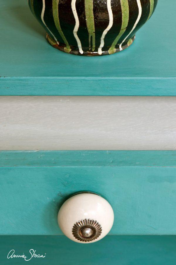 Provence Chalkpaint kann auf kleinen Möbel angebracht werden und sorgt für ein Chalkpaint-Erlebnis