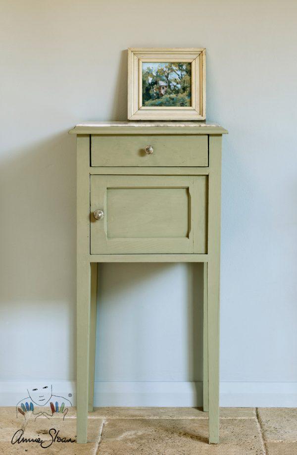 Annie Sloan Chateau-Grey Chalkpaint haucht einem alten Beistelltisch neues Leben ein