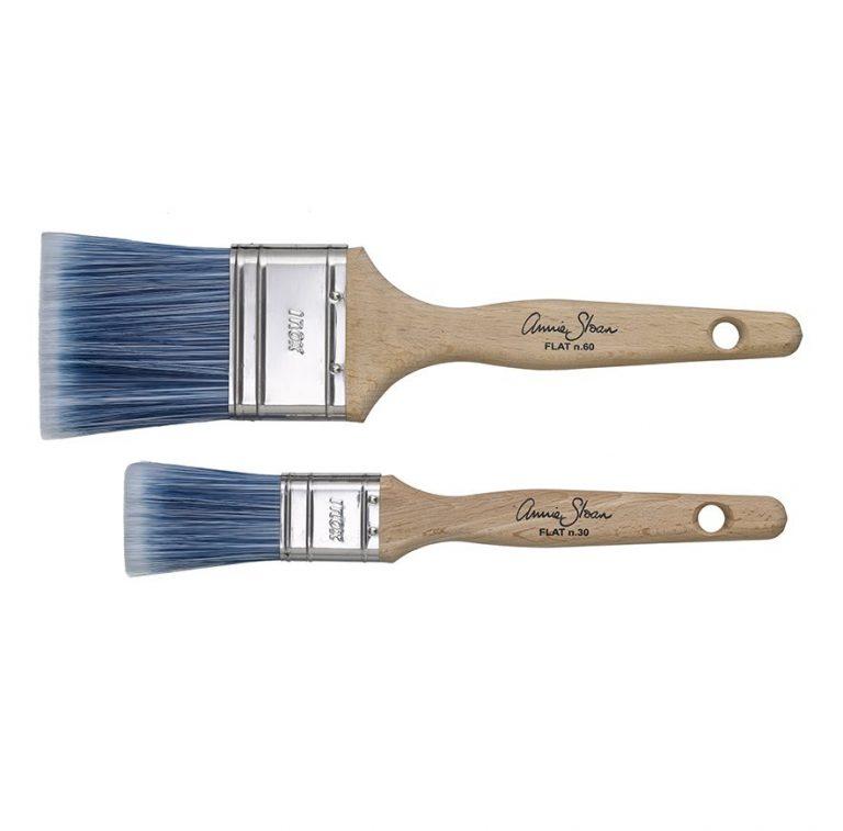 Kleine und große Flachpinsel von Annie Sloan sorgen für das optimale Auftragen der Kreidefarbe