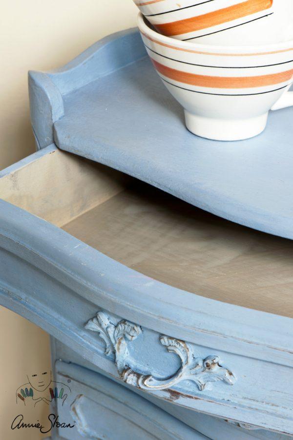 Louis Blue Chalk Paint ist ein helles Blau, das ideal zu einem alten verschnörkelten Möbelstück passt.