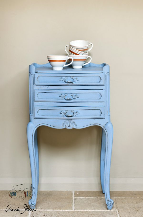 Ein kleiner Tisch mit Schubladen kann mit Annie Sloan Chalk Paint in Louis Blue in neuem Glanz erstrahlen
