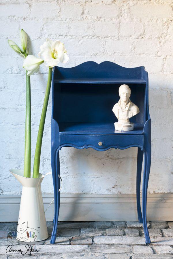 Die dunkle Napoleonic Blue Chalk Paint von Annie Sloan sorgt für einen Blickfang, wenn sie auf einem kleinen alten Möbelstück angebracht wird