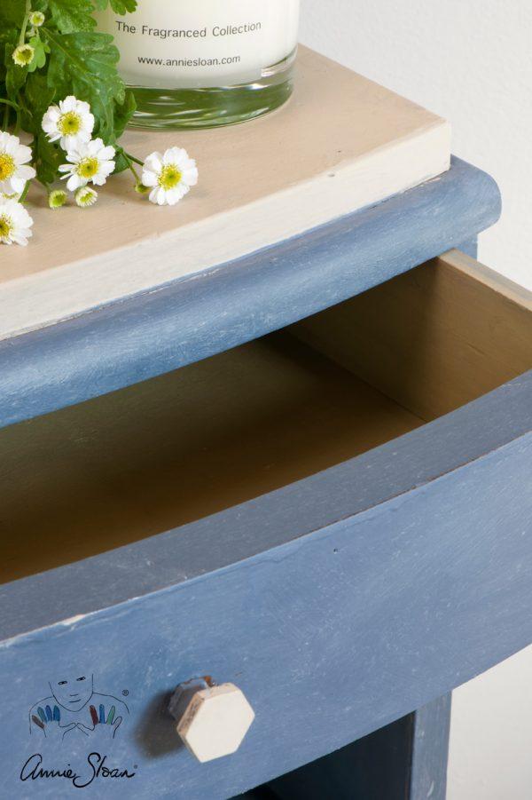 Annie Sloan Chalk Paint Old Violet verzaubert die Schubladen Ihrer kleinen Kommode in einen Traum aus Violet