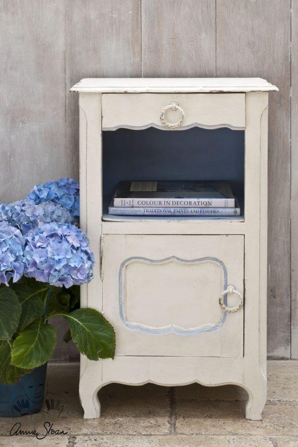 Die Original Chalk Paint von Annie Sloan sieht vor allem an kleinen Möbelstücken aus Holz mit Verzierungen gut aus