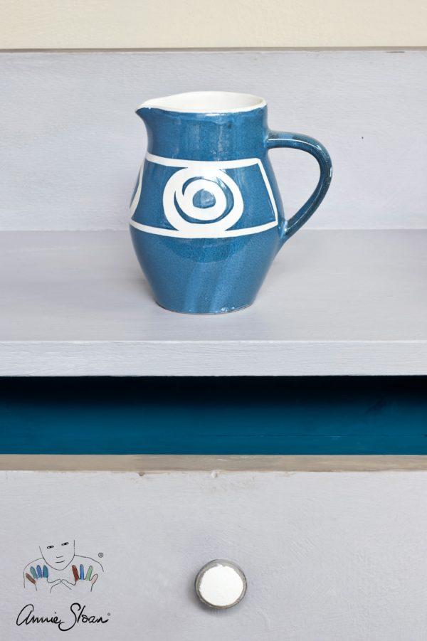 Paloma Chalk Paint verzaubert in einem schönen Blau-Grau-Ton ein kleines Möbelstück