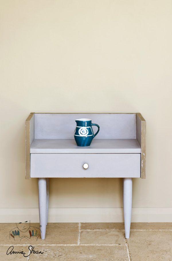 Erwecken Sie mit der Paloma Chalk Paint von Annie Sloan ein kleines Tischchen aus Holz zu neuem Leben