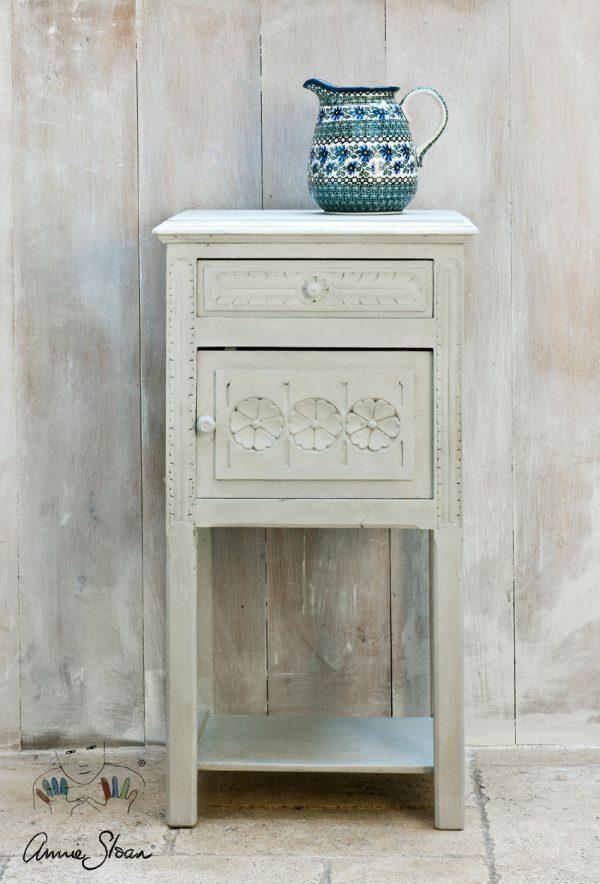 Paris Grey Chalk Paint eignet sich für den Shabby-Look bei einem kleinen Beistelltisch aus Holz