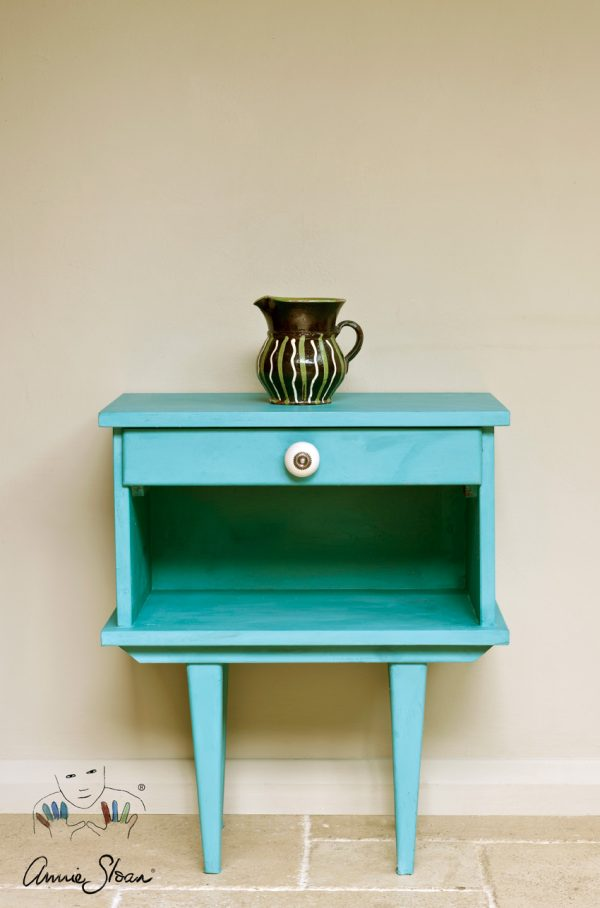 Die außergewöhnliche Provence Chalk Paint sorgt für einen türkisfarbenenen Blickfang bei einem kleinen Möbelstück aus Holz