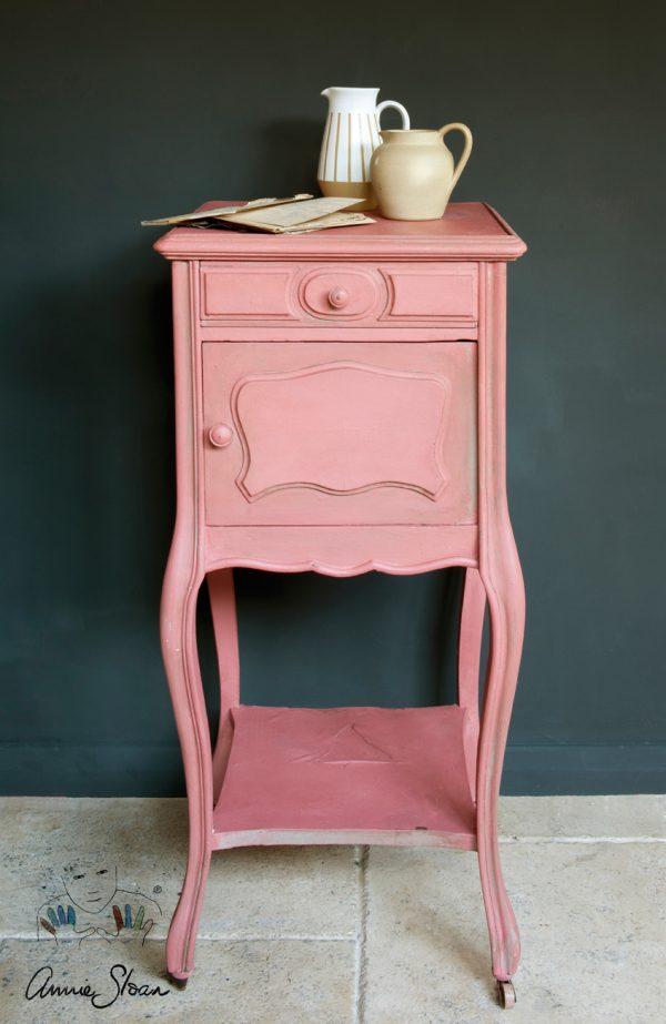 Ein Tisch mit Annie Sloan Scandinavian Pink Chalk Paint sorgt für einen individuellen Look