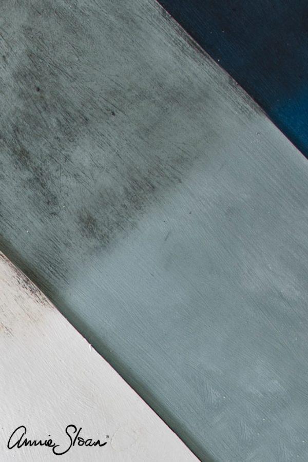 Das dunkle Wachs von Annie Sloan verleiht verschiedenen Farben einen besonderen Look und versiegelt gleichzeitig die Farbe