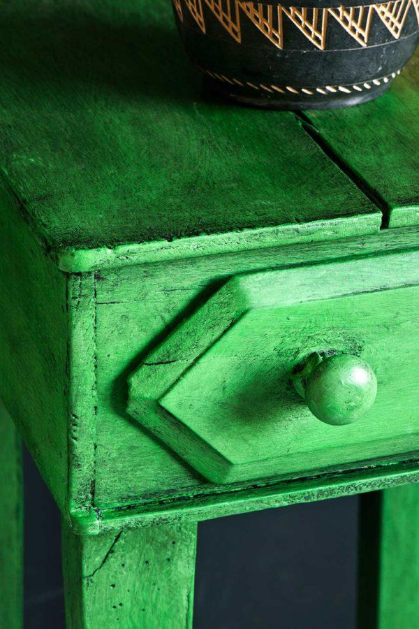 Das Black Wax von Annie Sloan sorgt vor allem bei einem grünen Möbelstück für einen individuellen Look