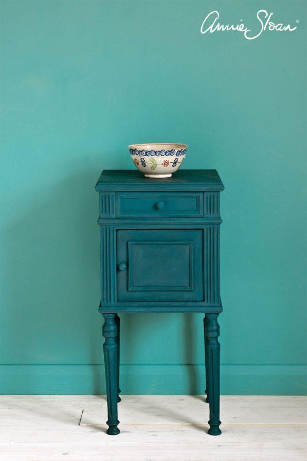 Ein kleiner Beistelltische erstrahlt in neuem Glanz mit der Farbe Aubusson Blue Chalk Paint von Annie Sloan