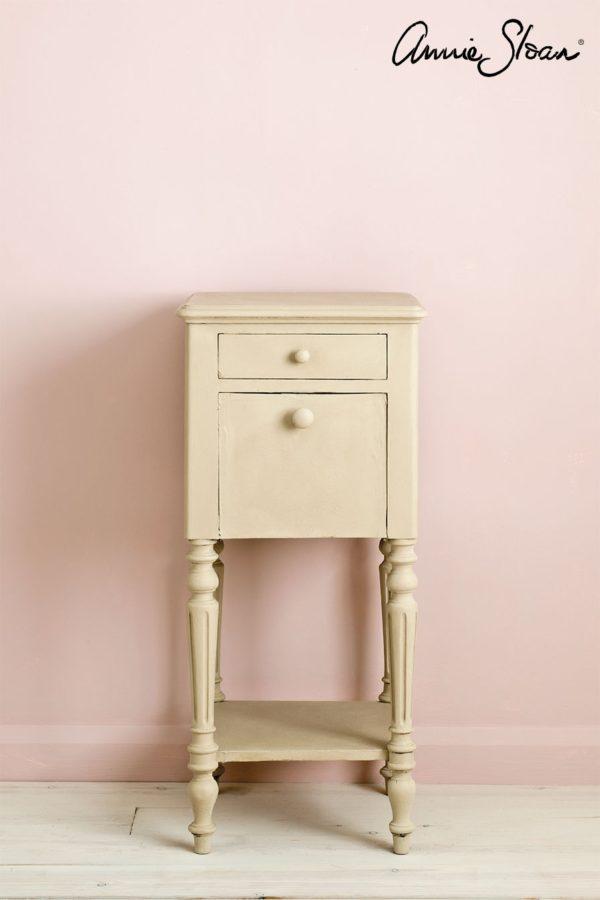 Ein kleiner Beistelltisch mit der Chalk Paint Country Grey von Annie Sloan bearbeitet, verzaubert Ihr Möbel in einen besonderen Hingucker