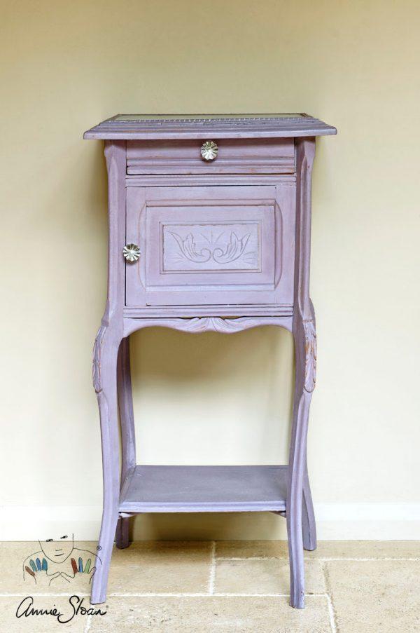 Das Möbel erstrahlt in der schönen Emile Chalk Paint von Annie Sloan
