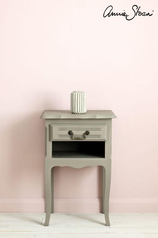 Der Beistelltisch mit French Linen Chalk Paint von Annie Sloan angestrichen, passt zu einem schlichten und zeitlosen Design