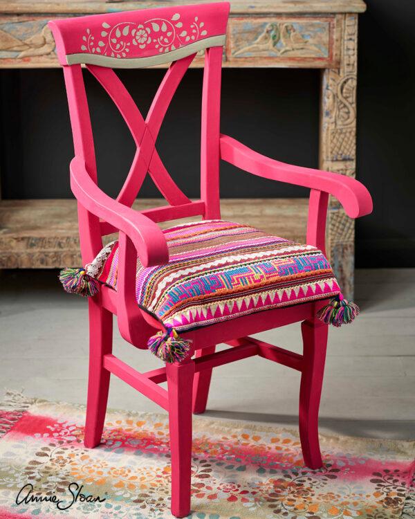 Stuhl mit Kissen, gestrichen mit Annie Sloan Capri Pink